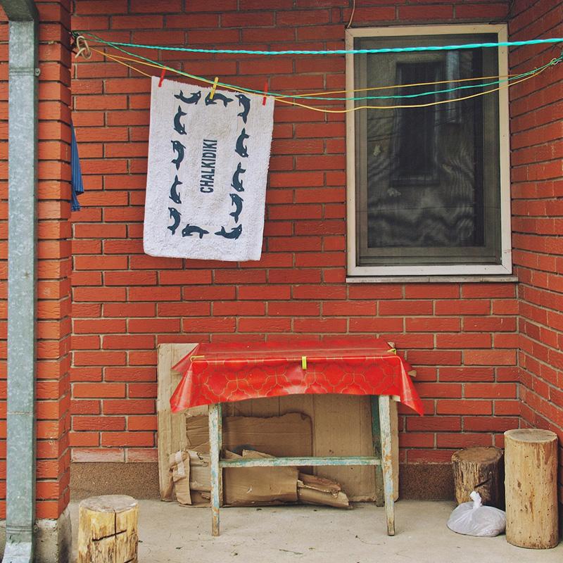 peškir na kome piše Chalkidiki na žici za sušenje