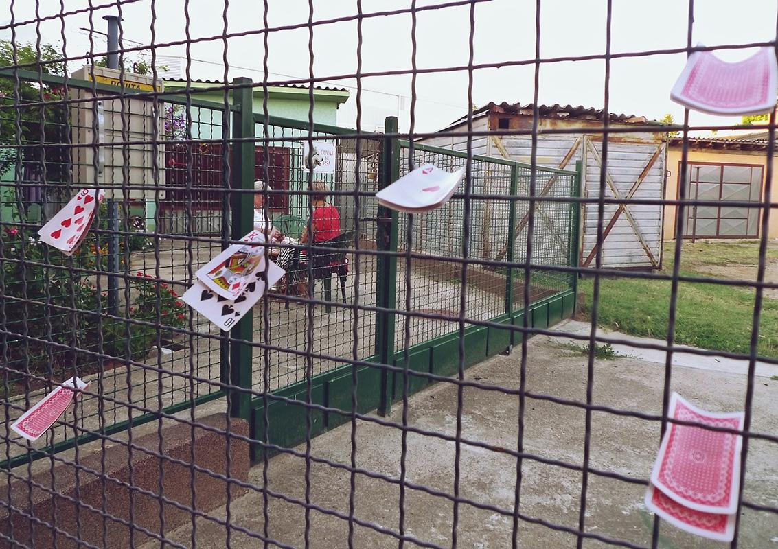 karte za igranje zaglavljene u armiranu ogradu