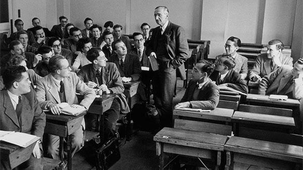 Fridrih Hajek drži predavanje u Londonskoj školi ekonomije 1948.