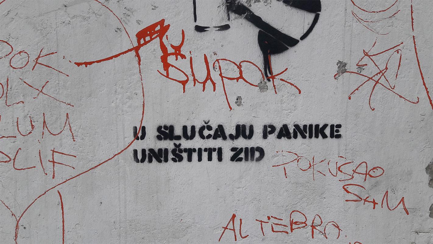 stensil na zidu: u slučaju panike uništiti zid