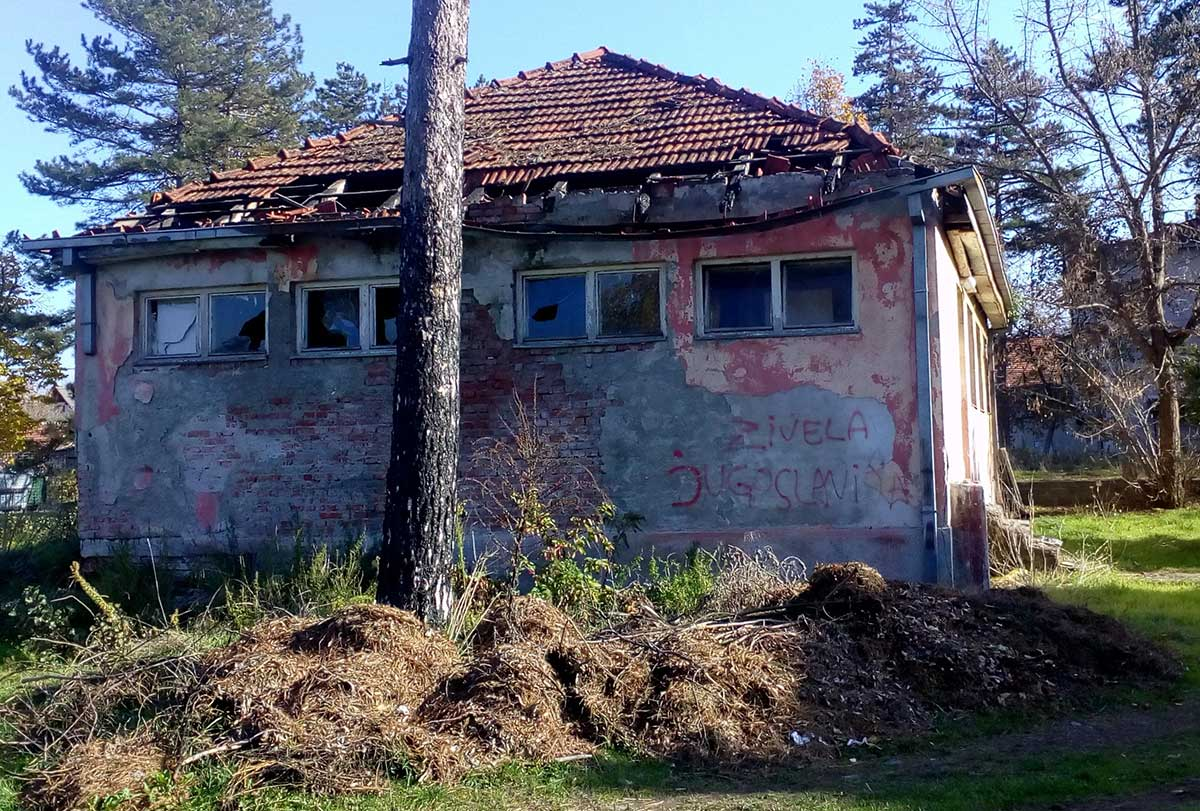 Napuštena kuća na čijem zidu piše: Živela Jugoslavija