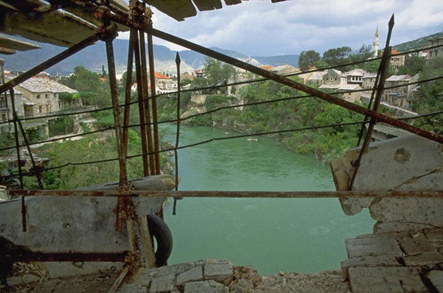 Pogled sa oštećenog mosta, Mostar 1992.