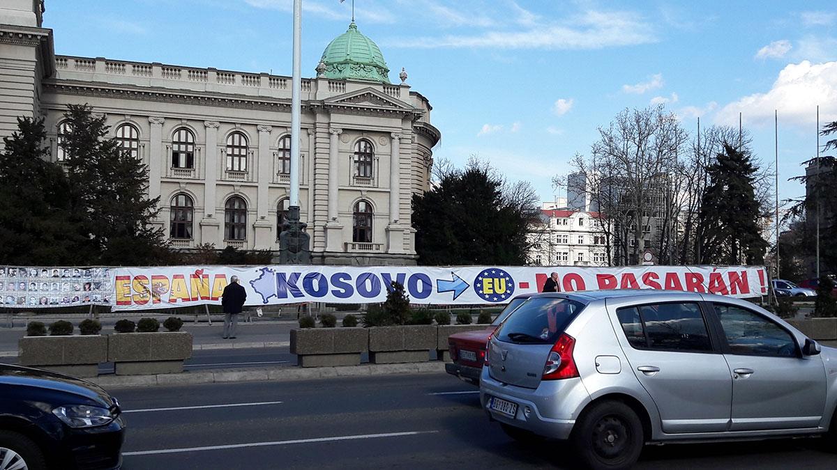 pano ispred Skupštine Srbije na kome piše: Espana - Kosovo - EU - No pasaran!