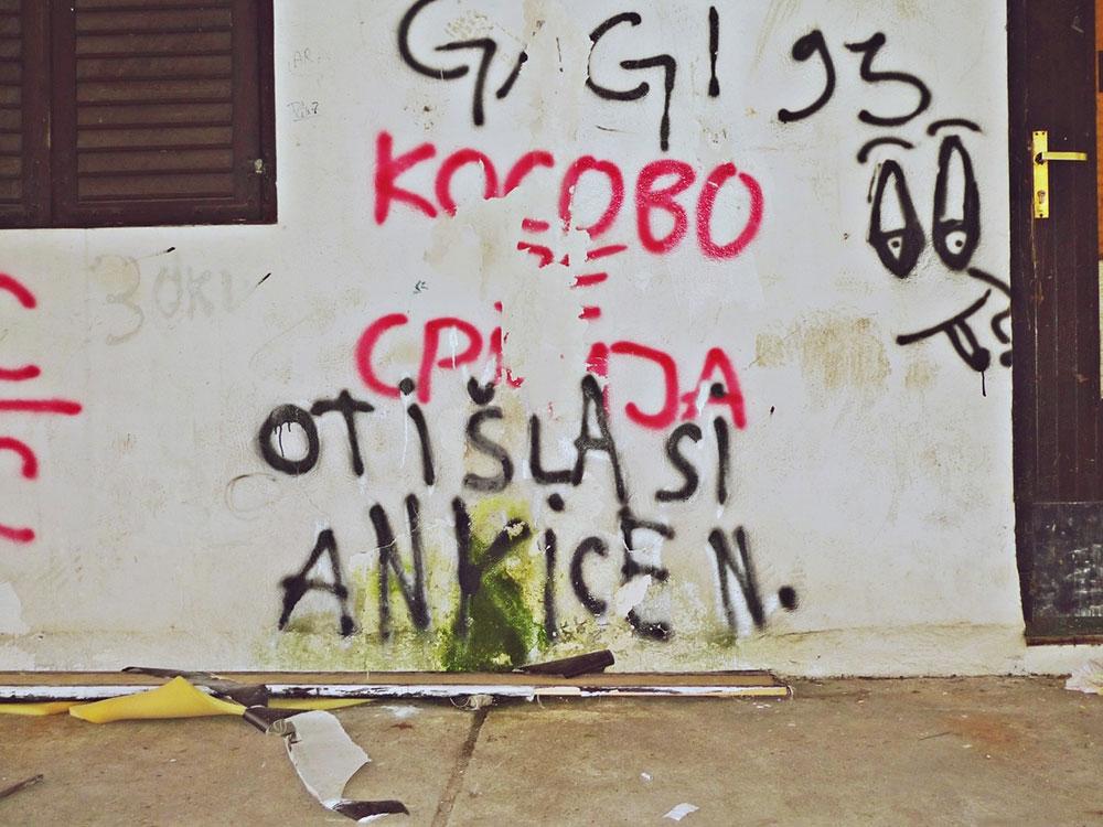 natpis na zidu kuće: Kosovo je Srbija