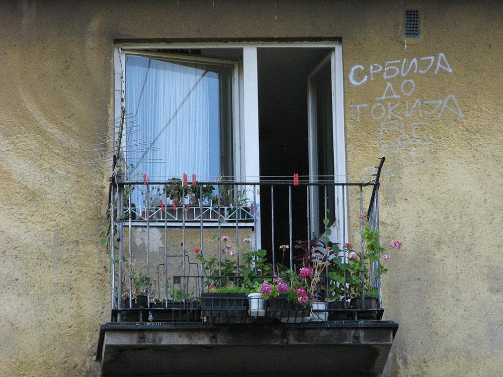 natpis na fasadi zgrade: Srbija do Tokija