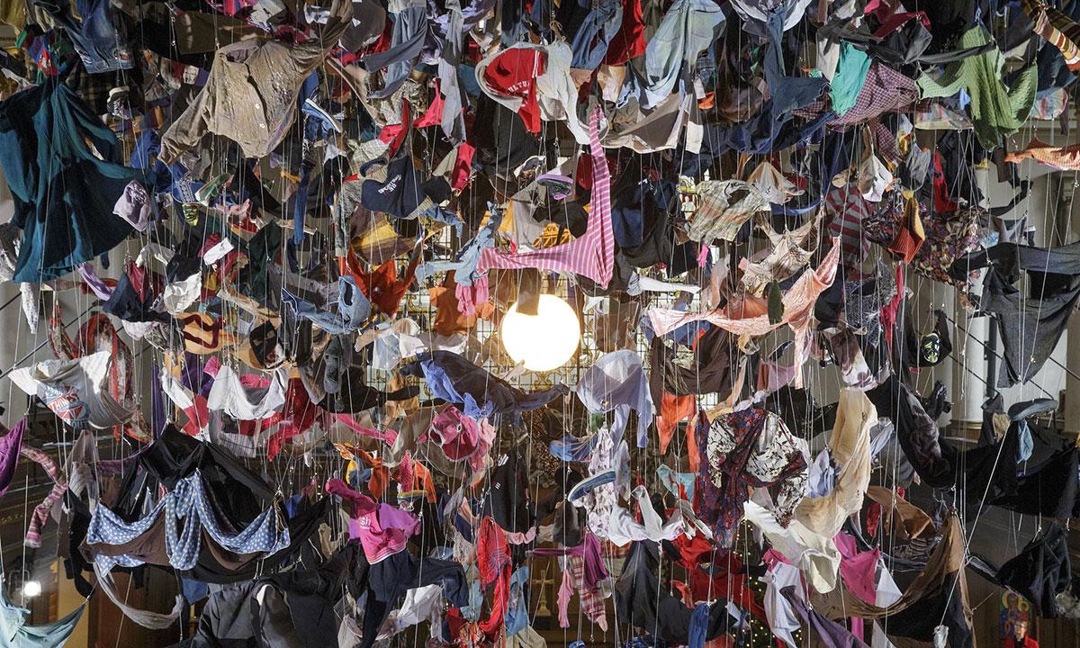 Odeća izbeglica sa Lezbosa, instalacija Arabelle Dorman u crkvi Svetog Džejmsa na Pikadiliju u Londonu, foto: Tim Ireland/AP