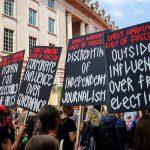 Rani znaci fašizma: Spoljni uticaj na izbore, Diskreditovanje nezavisnog novinarstva, Korporativni uticaj na vladu, Prezir prema intelektualcima i umetnosti...