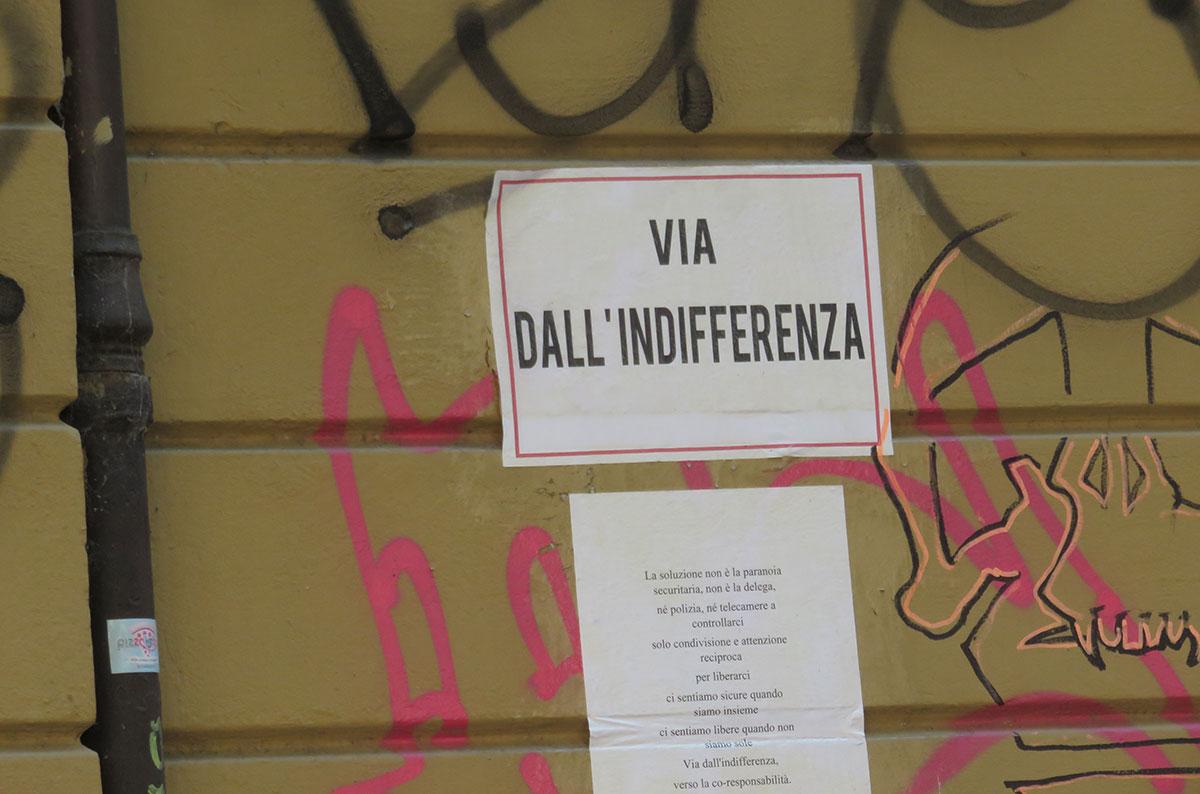 nalepnica na zidu: Via dall' indifferenza