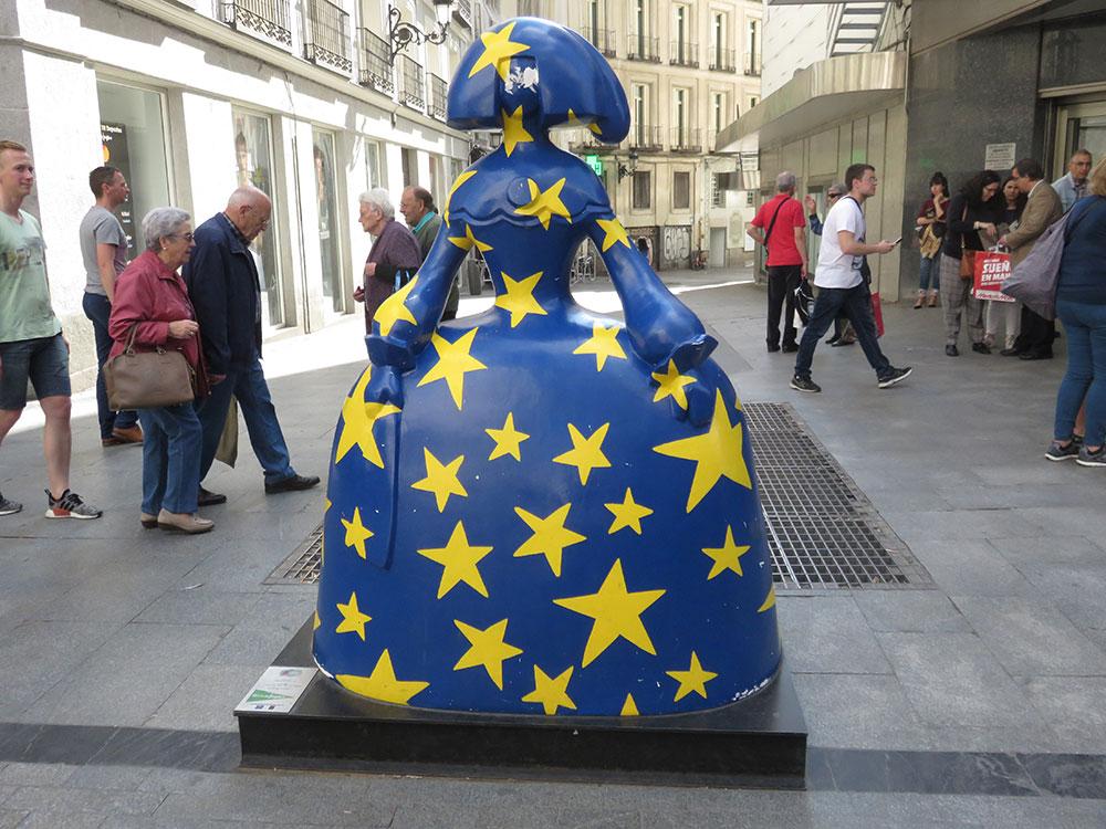 Ulice Madrida, statua Velaskezove Infante obučene u zastavu EU