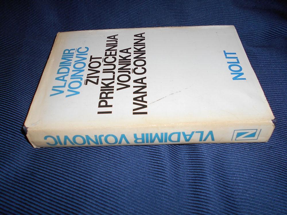 """Knjiga na Kupindu Vladimira Vojnoviča """"Život i priključenija vojnika Ivana Čonkina"""""""