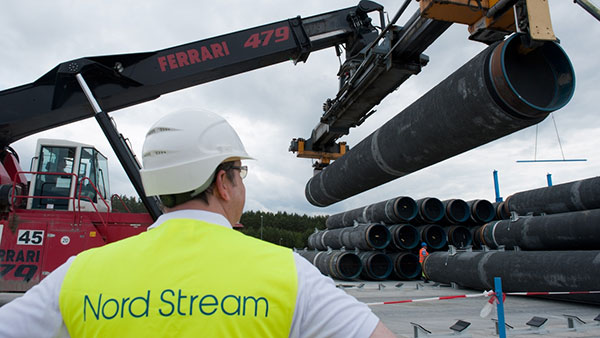 radnik Severnog toka nadgleda postavljanje gasovodne cevi