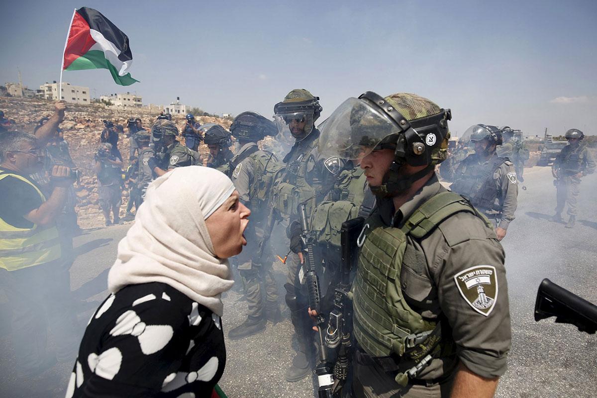 Palestinka viče na izraelskog vojnika