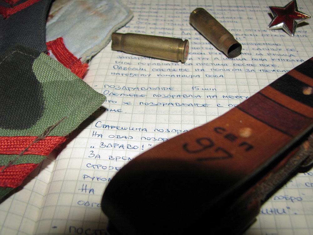 vojna oprema: prazne čaure, opasač, zvezda petokraka