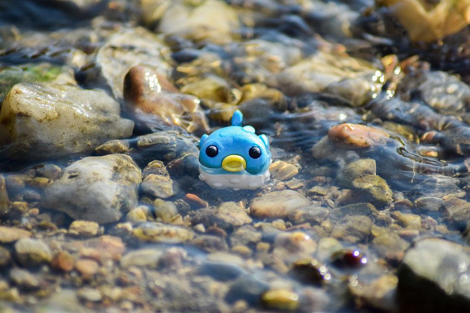 plava plastična ribica u vodi
