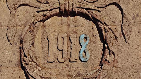 godina 1918 uklesana na spomeniku
