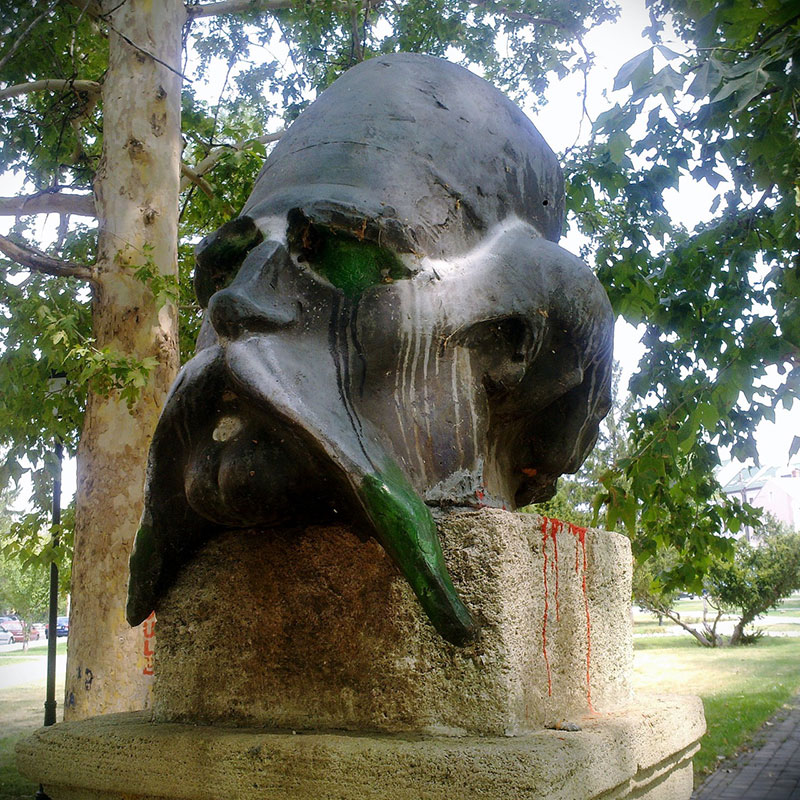 bista Vuka Karadžića oštećena bojom u parku