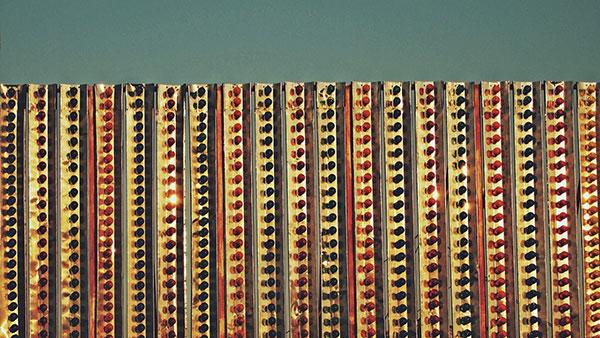 ograda sa svetlećim sijalicama