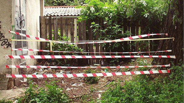 trake za zabranu prolaska razvučene u napuštenom dvorištu