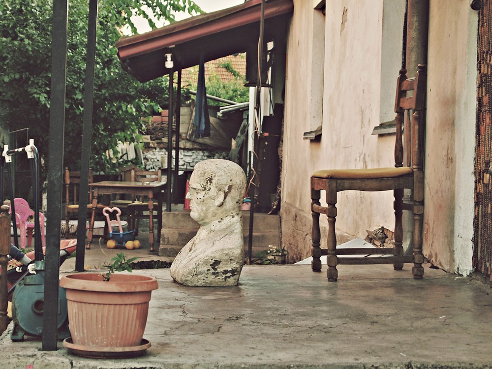 kamena bista Josipa Broza Tita na kućnom tremu