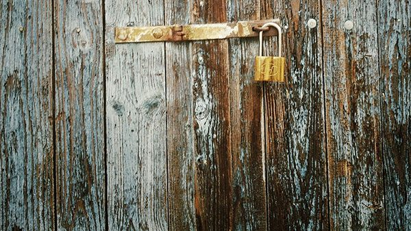 katanac na drvenoj ogradi
