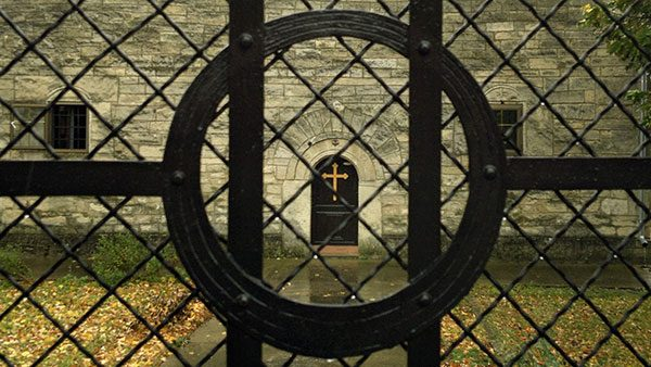 Krst kroz gvozdenu ogradu