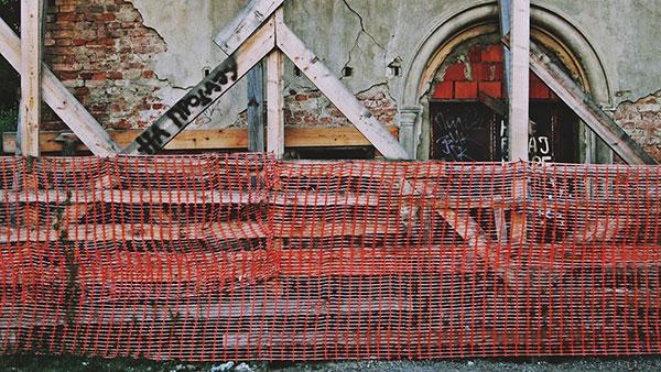 Natpis Na prodaju na skelama započete pa napuštene građevine