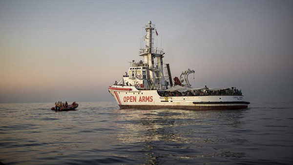 Spasilački brod i migrantski čamac, foto: Pau Coll