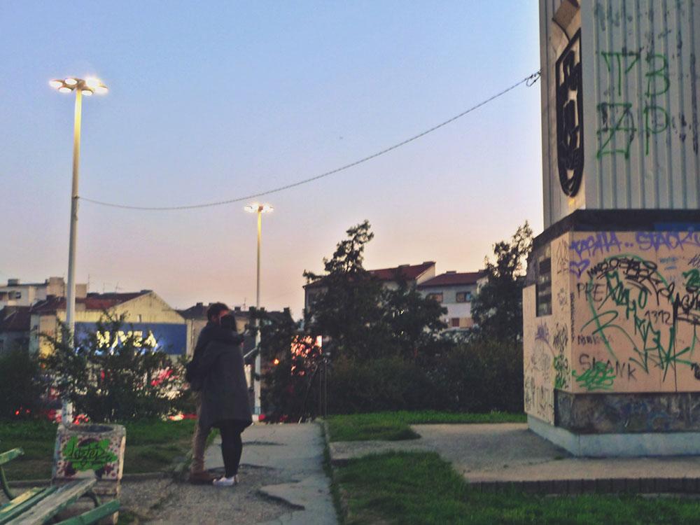 Poljubac kod spomenika nesvrstanima u Beogradu, foto: Predrag Trokicić