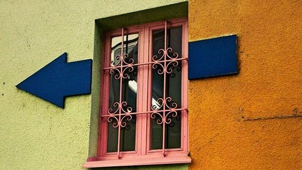 Plava strela ulevo preko prozora kuće