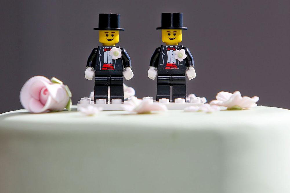 lego figurice mladoženja na svadbenoj torti