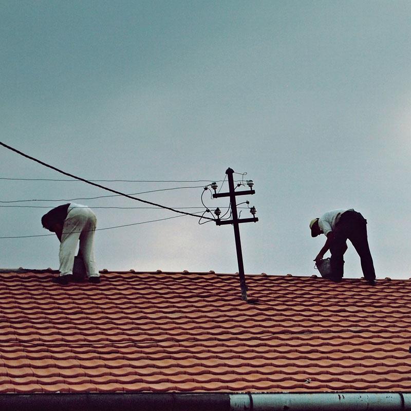 ljudi na krovu kuće