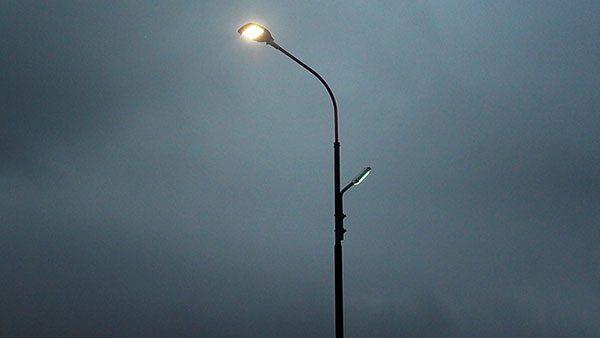 ulična svetiljka u magli
