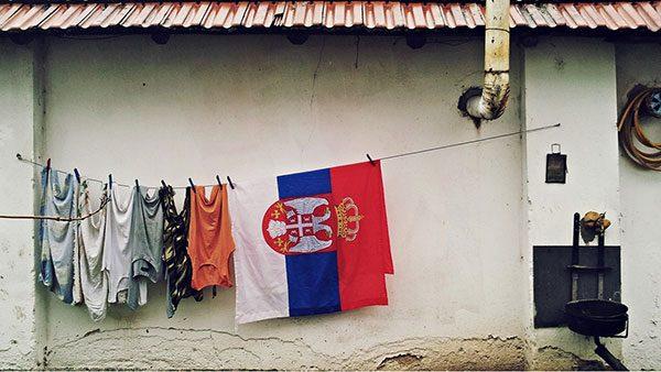 zastava Srbije suši se na konopcu za veš