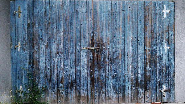 zatvorena drvena kapija