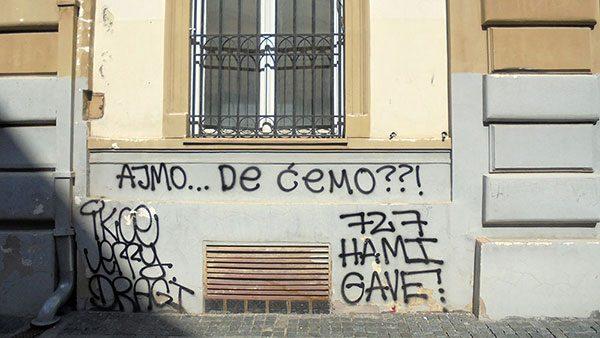 Grafit na zidu zgrade: Ajmo... De ćemo??!