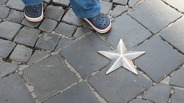 metalna zvezda na ulici u Rimu