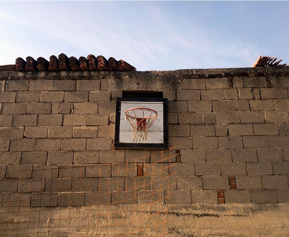 koš zakačen na nepristupačan zid