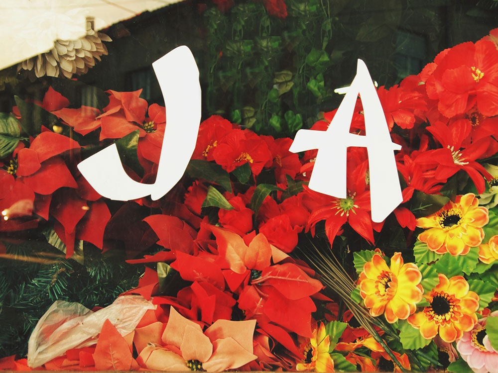 JA - natpis na izlogu cvećare