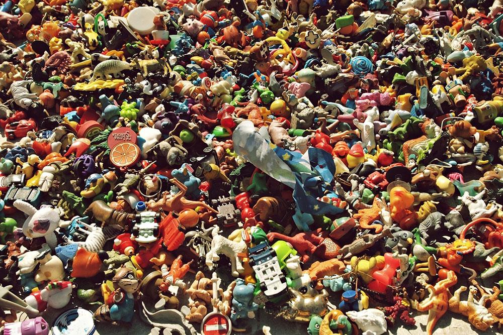 gomila sitnih igračaka