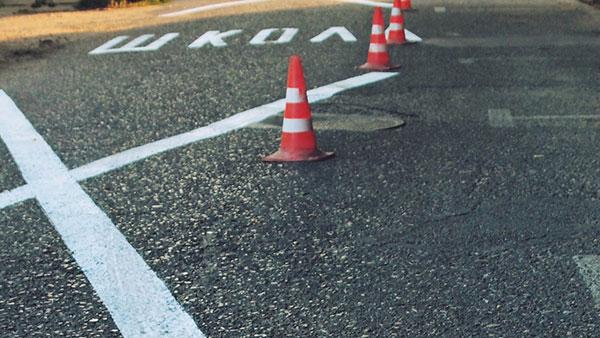 saobraćajni natpis na asfaltu: škola