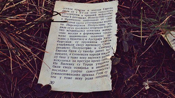 iscepana stranica iz knjige u travi