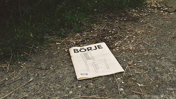 Ikeino uputstvo za sklapanje stolice bačeno na putu