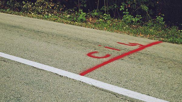 crvena linija cilja nacrtana na asfaltu