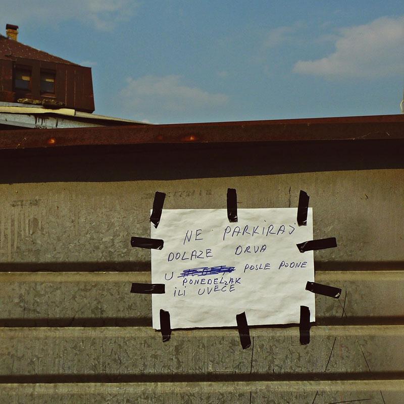 obaveštenje na kapiji: Ne parkiraj, dolaze drva, u nedelju, ponedeljak, posle podne ili uveče