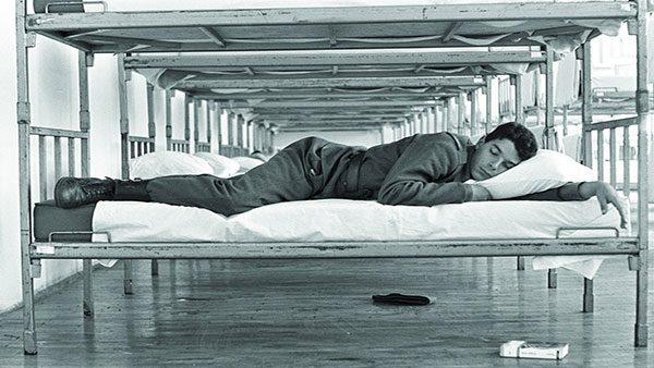 Vojnik spava u vojničkoj spavaonici, Divulje, Split, JNA 1988.