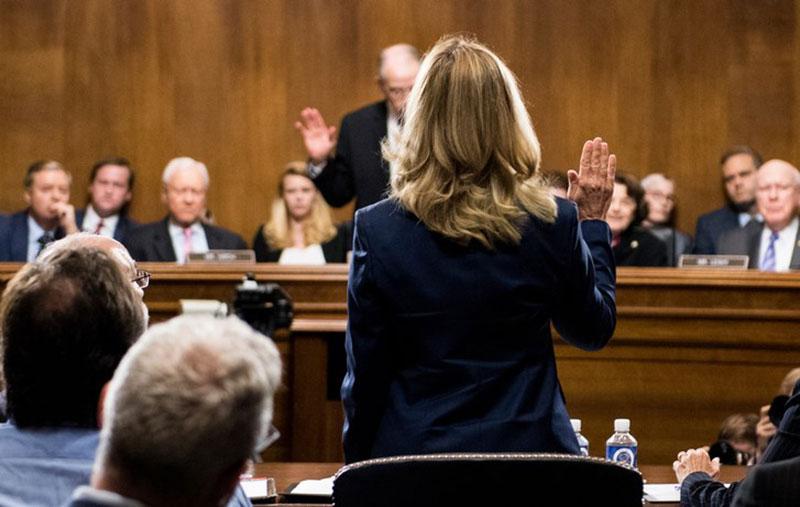 Christine Blasey Ford fotografisana s leđa dok se zaklinje pred Senatom