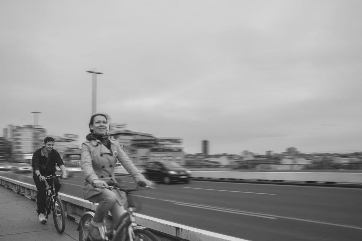 muškarac i žena voze bicikl na Brankovom mostu