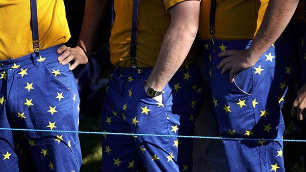 tri muškarca u plavim pantalonama sa žutim zvezdicama