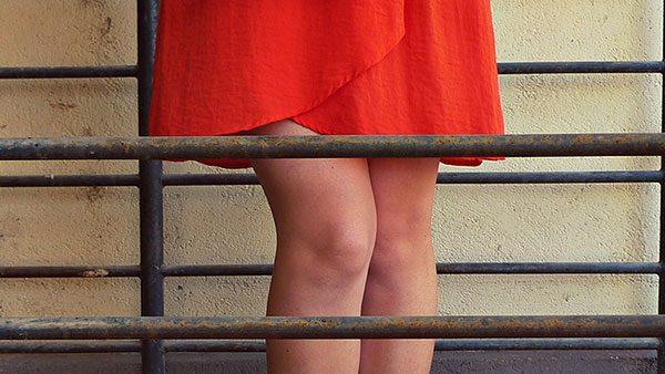 devojka u crvenoj suknji