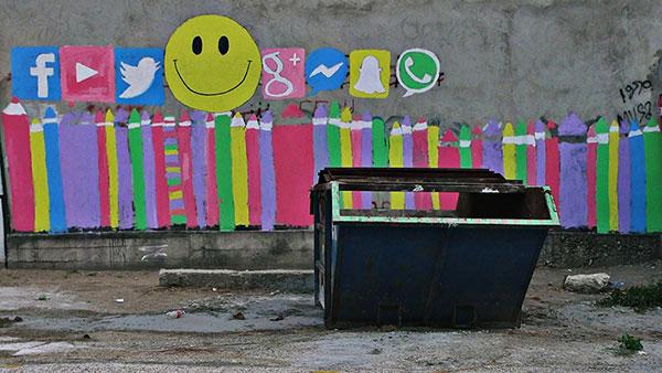 grafiti društvenih mreža na zidu zgrade
